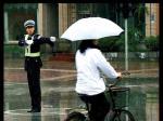 雨中,与交警相逢