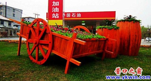 木制的手推花车和橡木桶造型的花艺小品