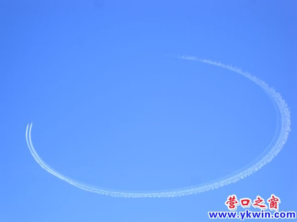 两架飞机在营口天空画圆
