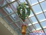 """超市里""""热气球""""吊花升空"""
