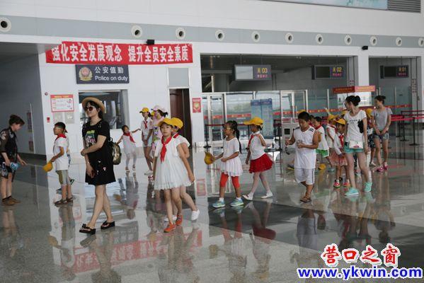 孩子们参观蓝旗飞机场
