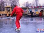 营口市民尽享滑冰乐趣