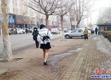 低温短裙秀美腿  美眉你真不冷吗