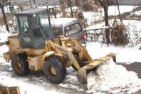 请来小型推土机铲除小马路积雪