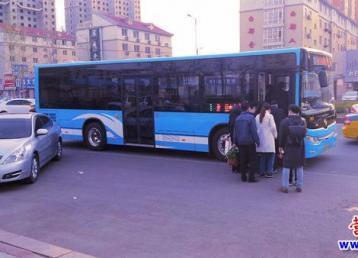 公交站点被霸占  市民乘车存隐患