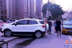 汽车冲上人行道   所幸没有伤到人