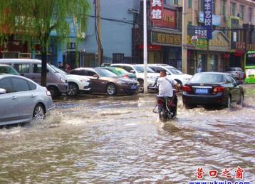雨后路变河 汽车当船开