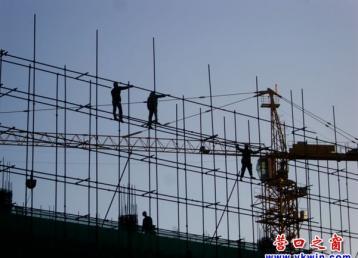 建筑工人清晨搭脚手架犹如走钢丝