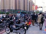 营口:旧物市场占车道  影响交通存隐患