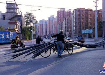厉害了!两台三轮车运送12米管材