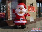 营口市公园路边:圣诞老人提前上班