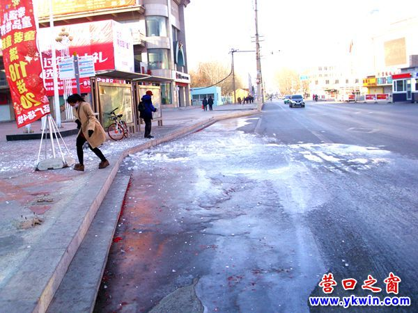 营口市:一公交车站变成了溜冰场
