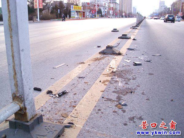 初二,有车撞掉营口市渤海大街5扇隔离护栏