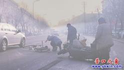 两女骑车相撞  当街破口大骂