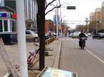 营口:街边广告牌被大风吹倒了