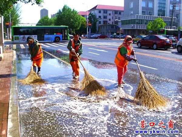 雨过天晴环卫职工推水忙
