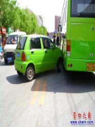 小绿车撞大绿车