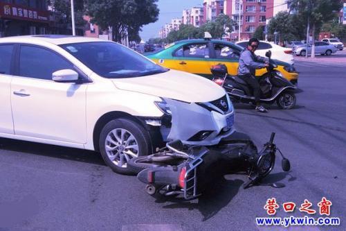 轿车撞倒摩托 车主弃车逃逸