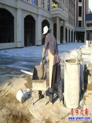 营口市街头:烈日下,建筑工人照样施工