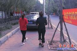 """惠宾路:私家车""""霸占""""了人行道!"""