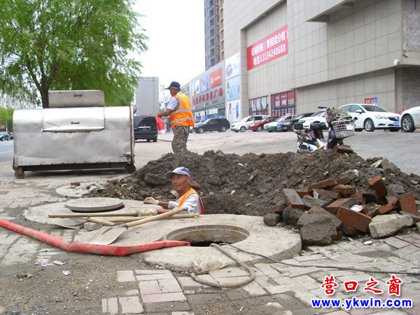 街边冒出自来水 挖地三尺止泄漏