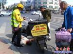 盼盼路边:两美团小哥骑车相撞一人倒地