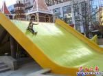 广场滑梯未建成 儿童提前来试玩