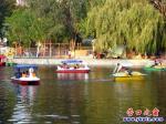 游客在营口楞严寺公园水陆两栖度国庆