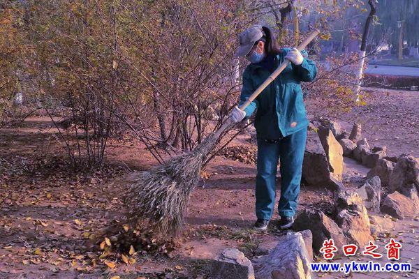 楞严寺公园:清扫落叶  消除火患