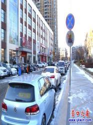机动车违停前赴后继 交通警执法频贴罚单