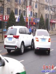 两白车在营口太和北街摆成V型