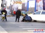 斑马线上:白色轿车撞倒黑衣女子