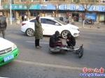 女司机开轿车撞倒骑电动车老翁