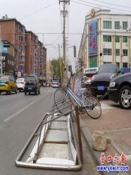 六七级风把自行车广告牌刮倒