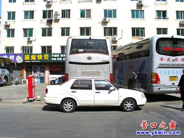 小轿车乱停堵住大客车后路