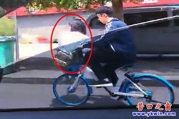 营口:共享单车车筐载人太危险