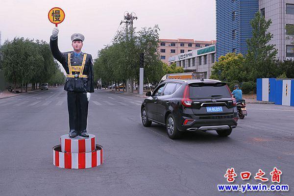 营口:仿真警察成道路风景