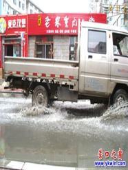 污水将文建路变成了文建河