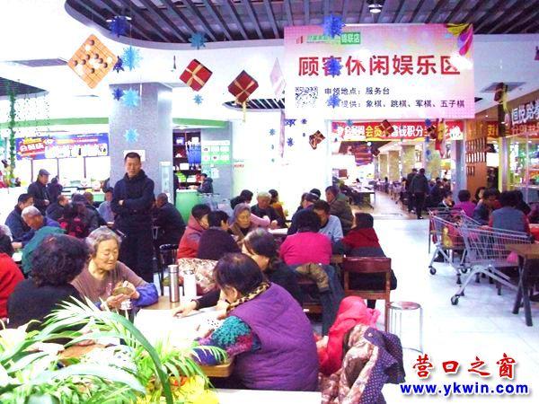 冬天,锦联超市顾客休闲娱乐区成了老年人的天堂