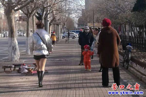 敢在冬天穿超短裙的美女