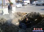地下供暖管道泄漏 抢修工人挖地五尺