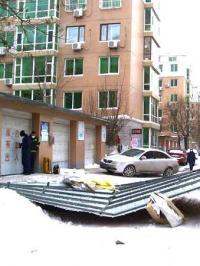 大风吹落铁皮房盖 小车遭遇压顶之灾