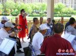 营口市南湖公园老年乐团自发歌唱党