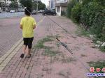 拉线占据人行道  居民出行有危险