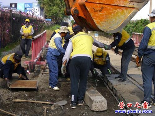 营口市维修铁路道口拆除伸缩护栏轮下铁轨