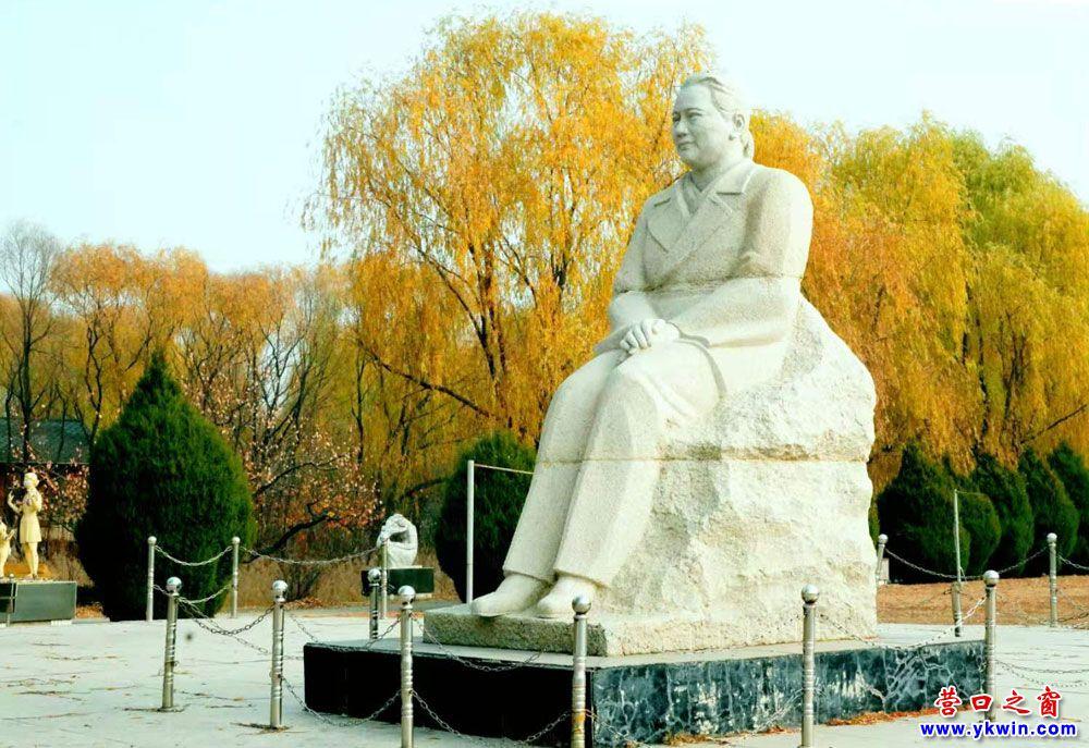 《宋庆铃》石雕像