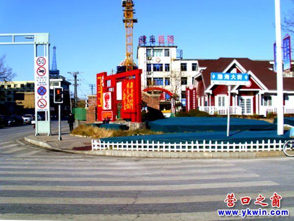 营口市渤海大街一条斑马线前端大半被绿化带堵住