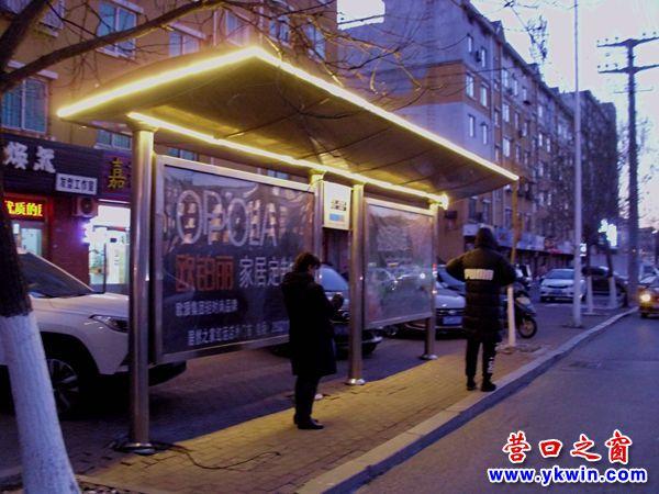 营口市老城区大街上公交车站亮起照明灯带