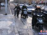 新兴大街:冰封慢车道  行人出行难
