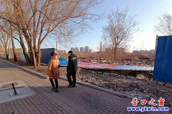 新兴大街:围栏倾倒 有碍观瞻